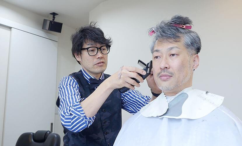 男性客をカットする美容師