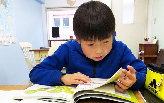 英会話教室で勉強する生徒