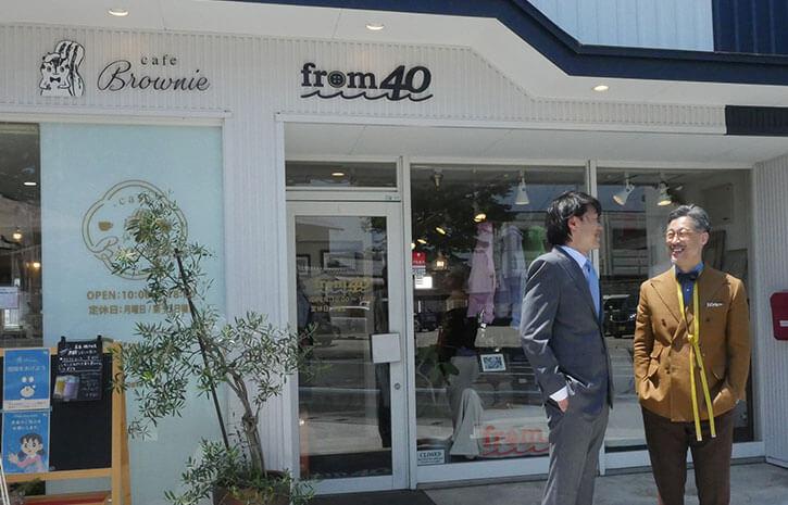 お店の前でお客さんと楽しそうに話す和田さん