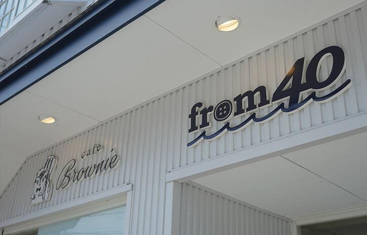 カフェの隣にスーツ屋