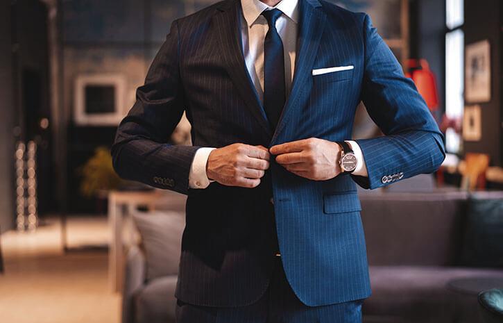 カッコよくスーツを着こなす男性