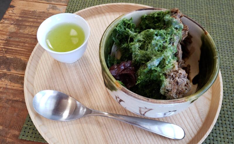 松江市茶町にある加島茶舗の抹茶とほうじ茶のミックスかき氷