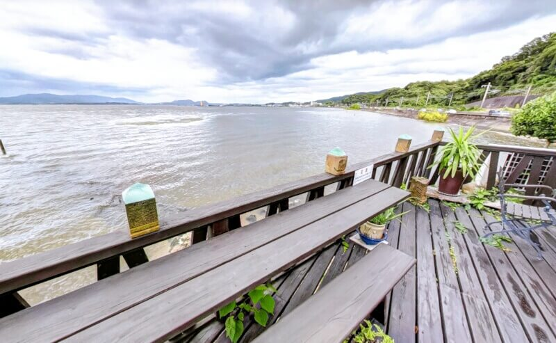 松江市玉湯町にある梢庵の宍道湖が眺めれるテラス席