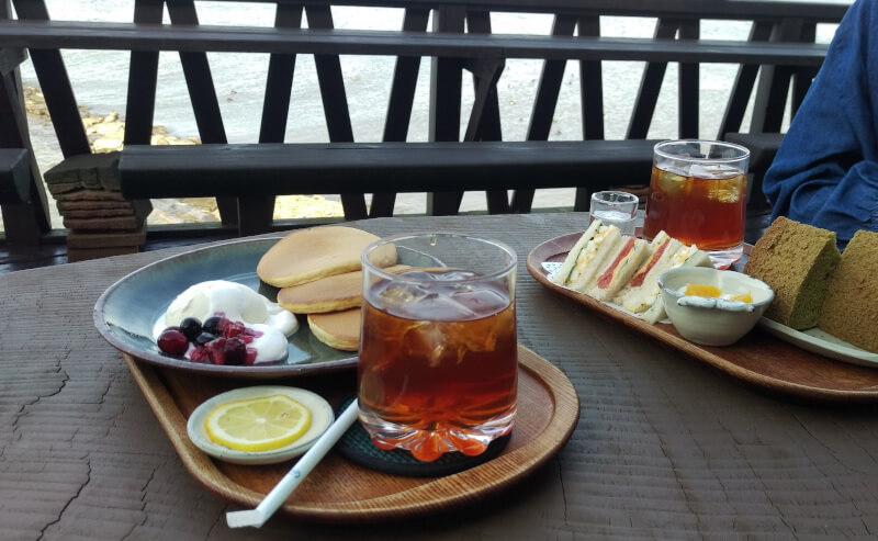 松江市玉湯町の梢庵のテラス席で宍道湖を眺めながらのカフェタイム