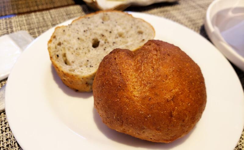 松江市春日町にあるビストロアゴウのコースランチのパン