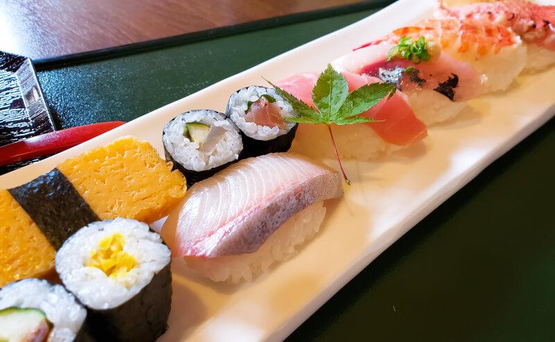 松江市寺町にある千鳥寿司のらんちのにぎり寿司