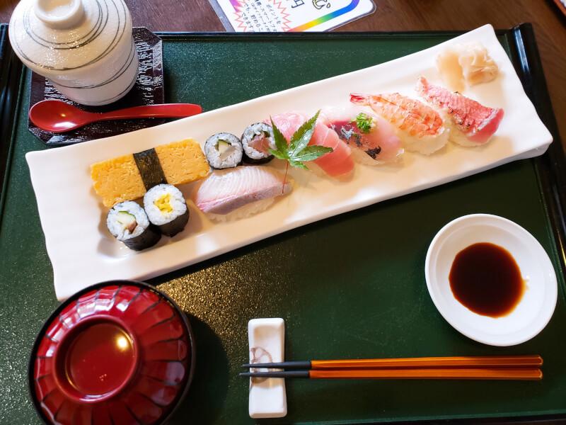 松江市寺町にある千鳥寿司のランチのにぎり寿司