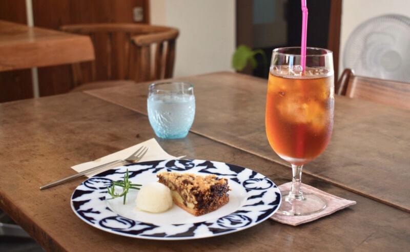 松江市八束町大根島にあるカフェチェレストのケーキと紅茶